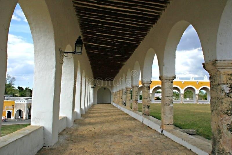 Igreja velha da missão em Izamal imagem de stock royalty free