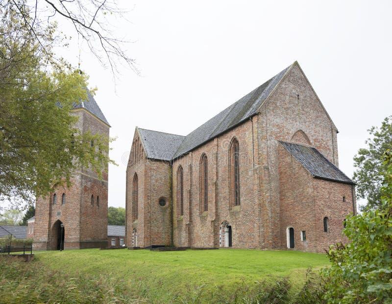 Igreja velha da vila Zeerijp na província holandesa de groningen nos Países Baixos imagens de stock