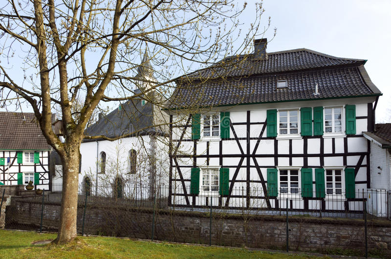 Igreja velha e casa half-timbered, Haan-Gruiten imagens de stock royalty free