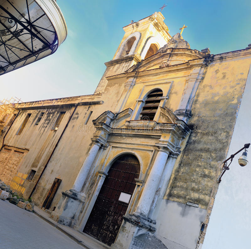 Igreja velha na rua de havana imagens de stock