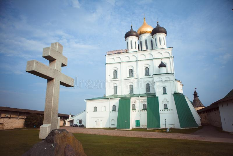Igreja velha no Kremlin de Pskov imagens de stock