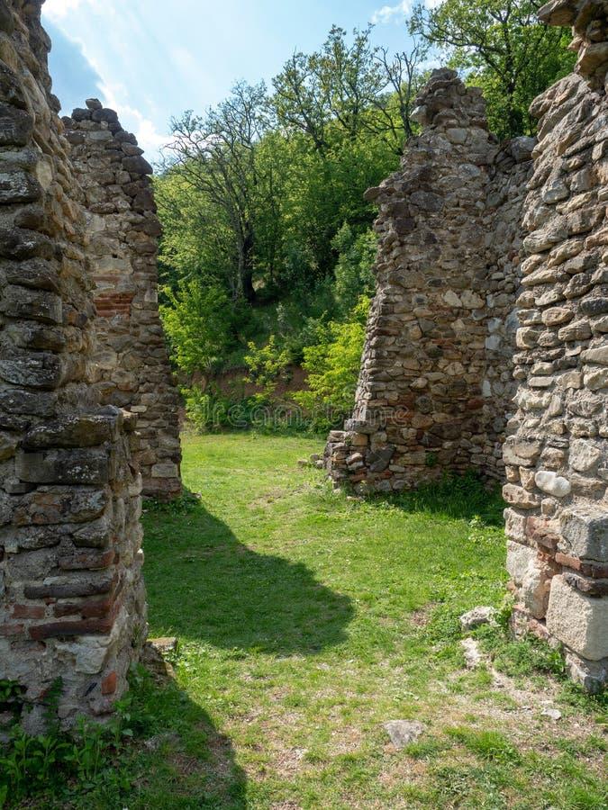 A igreja velha no monast?rio de Vodita, Rom?nia foto de stock