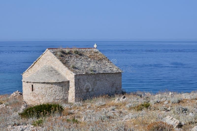 Igreja velha pelo mar fotos de stock royalty free