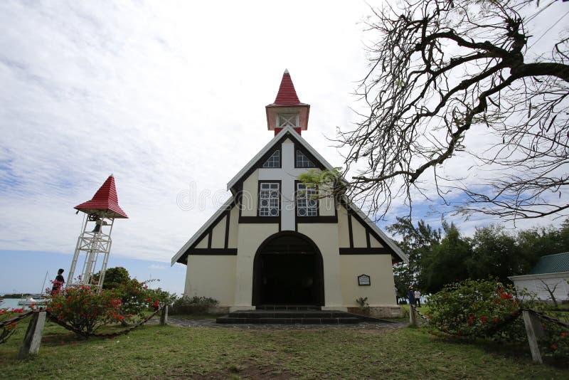 A igreja vermelha é uma atração famosa em Maurícias Muitos casamentos da estrela serão guardados aqui O teto vermelho é o arco fr fotografia de stock royalty free