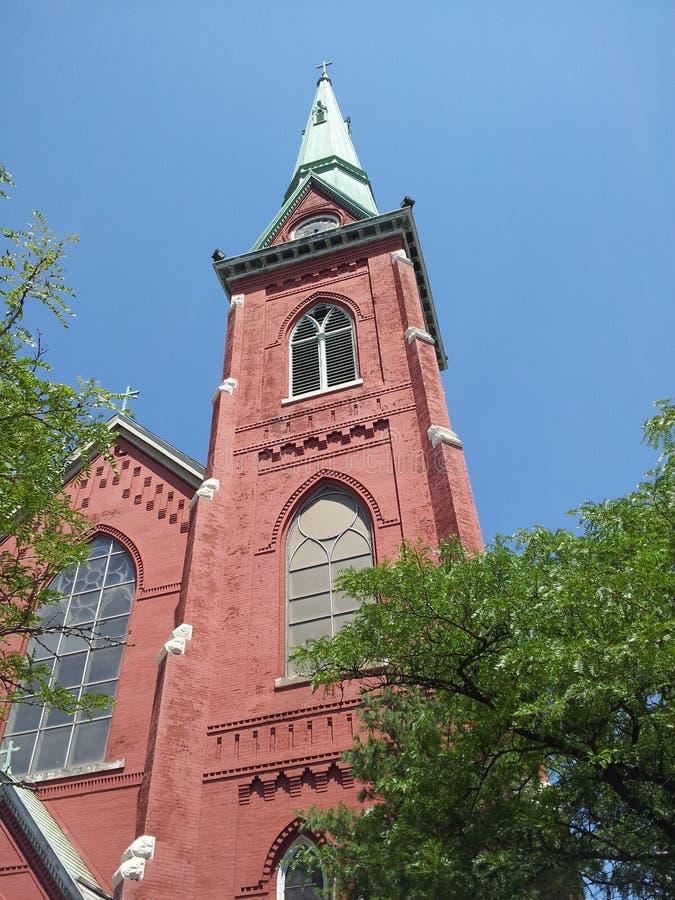 Igreja vermelha com torre verde fotos de stock
