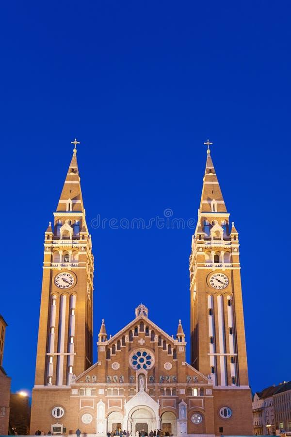 Igreja votiva na noite, Hungria de Szeged fotos de stock