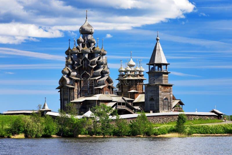 Igrejas de madeira no console Kizhi imagem de stock