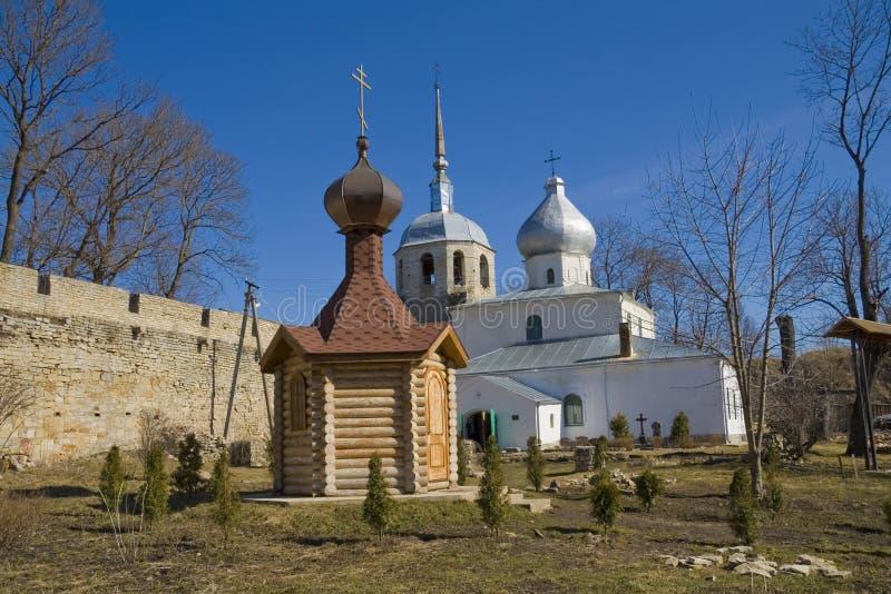 Igrejas na fortaleza de Porkhov imagem de stock