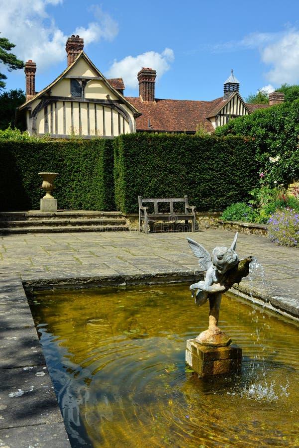 Igtham Mote fontanna ?redniowieczna domowa rezydencja ziemska kent UK obrazy royalty free