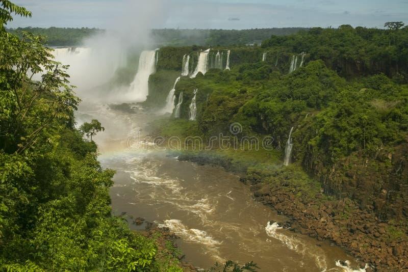 Iguacu tombe avec l'arc-en-ciel images libres de droits