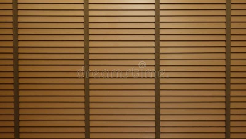 Igualación de la luz del sol fuera de persianas, de la sol y de la sombra de madera de ventana en la pared de las persianas de ve imagenes de archivo
