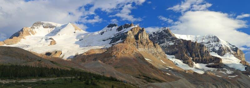 Igualación de la luz en el Andromeda del norte del glaciar y del soporte en el paso de Sunwapta, Jasper National Park, Alberta foto de archivo