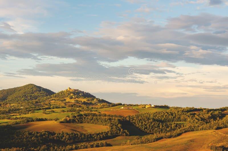 Igualación de la luz sobre las colinas de Toscana fotografía de archivo