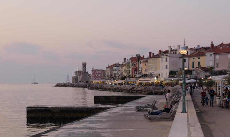 Igualación de la opinión sobre la costa de Piran, golfo de Piran en el mar adriático, Eslovenia en 14 de octubre de 2018 imagen de archivo libre de regalías