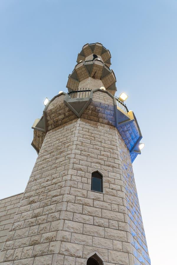 Igualación de la vista del alminar de la mezquita de Ahmadiyya Shaykh Mahmud en la ciudad de Haifa en Israel fotografía de archivo libre de regalías