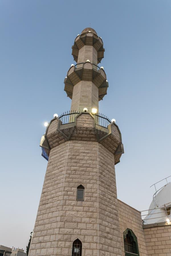 Igualación de la vista de los alminares de la mezquita de Ahmadiyya Shaykh Mahmud en la ciudad de Haifa en Israel foto de archivo libre de regalías