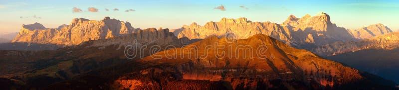 Igualación de la vista panorámica coloreada puesta del sol de las montañas de las dolomías de las montañas de la cuesta di Lana,  imágenes de archivo libres de regalías