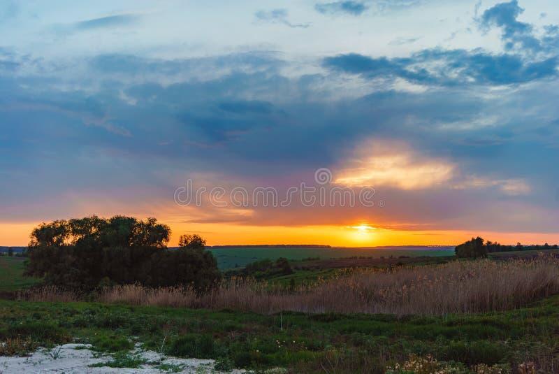 Igualación de puesta del sol anaranjada sobre el lago Valday, fotografía del paisaje de la naturaleza de Rusia Puesta del sol del fotos de archivo libres de regalías
