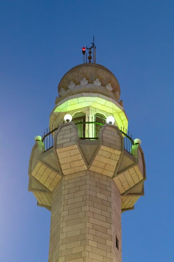 Igualación de vista de la parte superior del alminar de la mezquita de Ahmadiyya Shaykh Mahmud en la ciudad de Haifa en Israel imagen de archivo libre de regalías