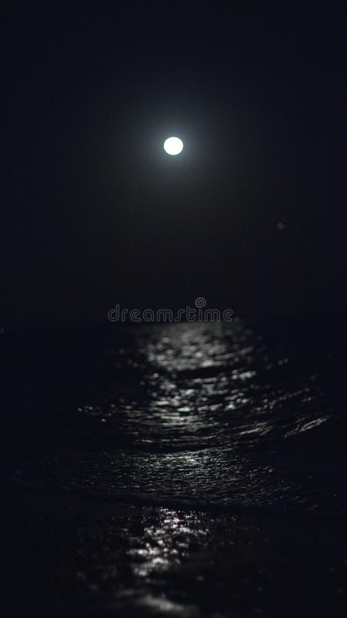 Igualación pasada tomando las fotos de la luna imagenes de archivo