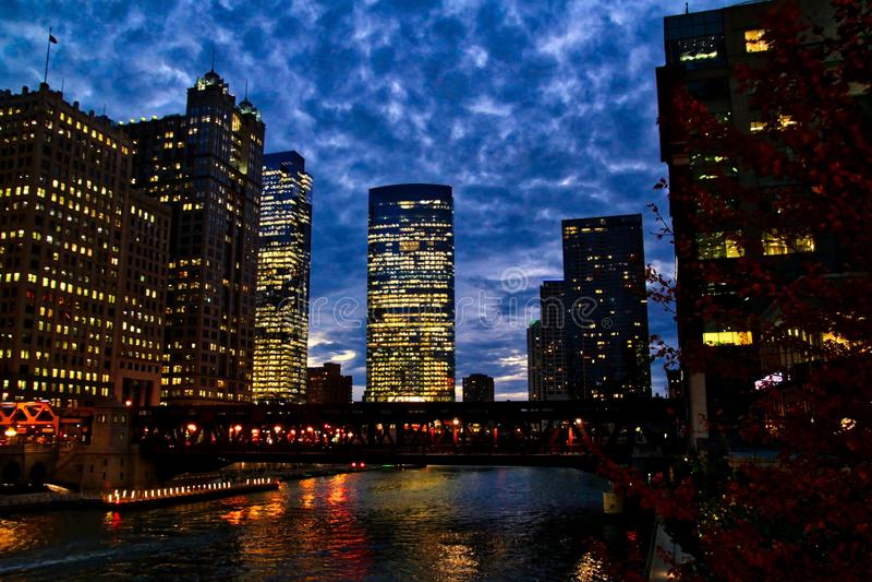 Igualación sobre el río Chicago con las luces dramáticas del cielo y de la ciudad imagenes de archivo
