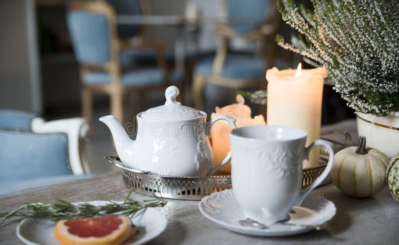 Igualando té con romero y el pomelo, por luz de una vela en un café del vintage foto de archivo libre de regalías