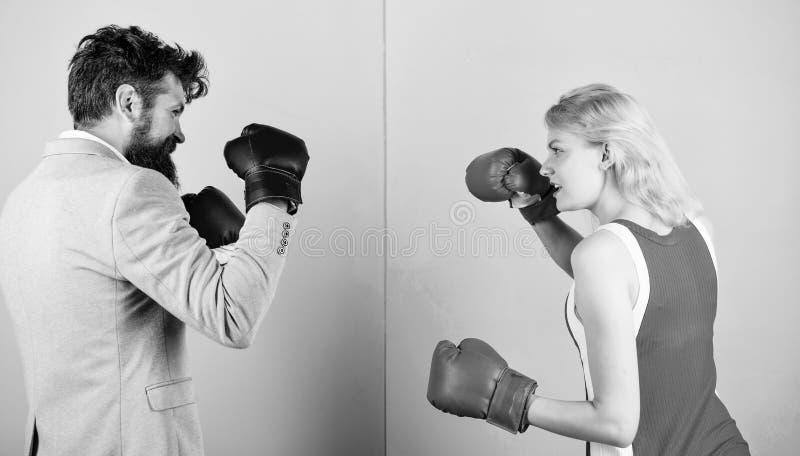 Igualdade de g?nero O homem de neg?cios e a mulher atl?tica t?m a luta de encaixotamento Acople no amor que compete no encaixotam imagem de stock