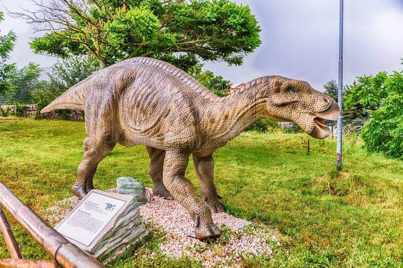 Δεινόσαυρος Iguanodon μέσα σε ένα πάρκο του Dino στη νότια Ιταλία στοκ φωτογραφία με δικαίωμα ελεύθερης χρήσης