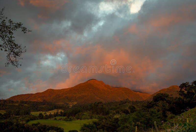 Iguaqueberg in rood wordt geschilderd dat royalty-vrije stock afbeeldingen