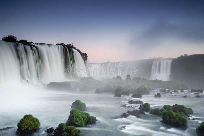 Iguassu cai vista da parte inferior à parte superior fotos de stock royalty free