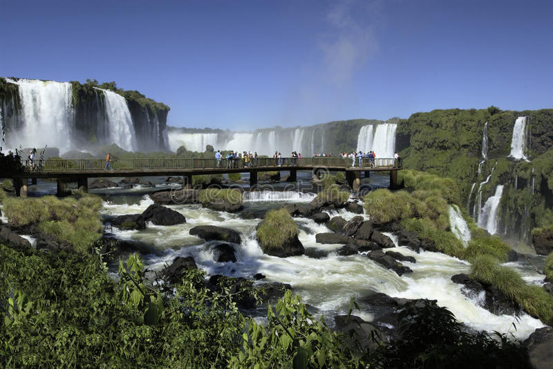 Iguassu faller på den Brasilien Argentina kanten arkivfoto