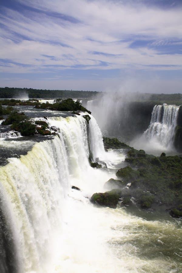 Iguassu (Iguazu; Caídas de Iguaçu) - cascadas grandes imagenes de archivo