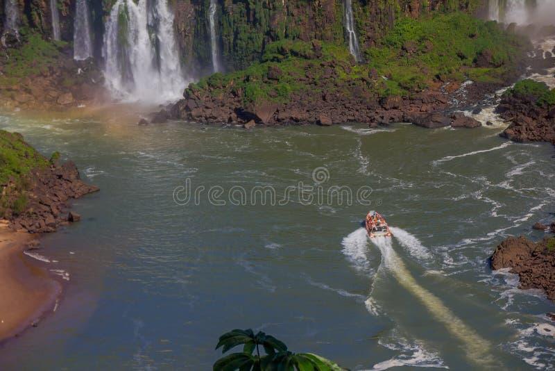 IGUAZU, BRASILIEN - 14. MAI 2016: ein Segeln des touristischen Bootes auf dem iguazu Fluss nah an der Unterseite der Wasserfälle stockfoto