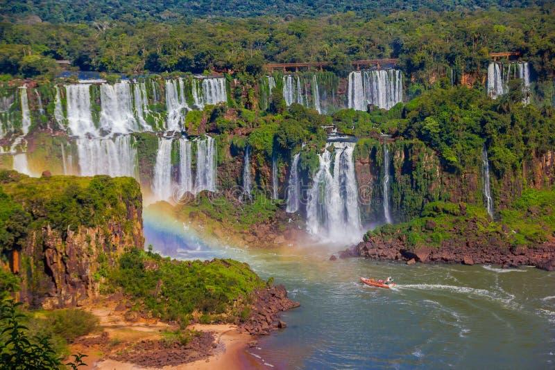 IGUAZU, BRASILIEN - 14. MAI 2016: schöne Aussicht der Wasserfälle von der brasilianischen Seite, ein Boot segelt an der Unterseit lizenzfreie stockfotografie