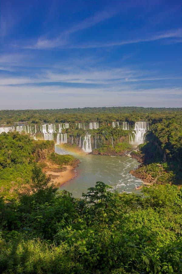 IGUAZU BRASILIEN - MAJ 14, 2016: iguazuflodlöneförhöjningarna i den brasilianska sidan mest av nedgångarna lokaliseras emellertid arkivfoto