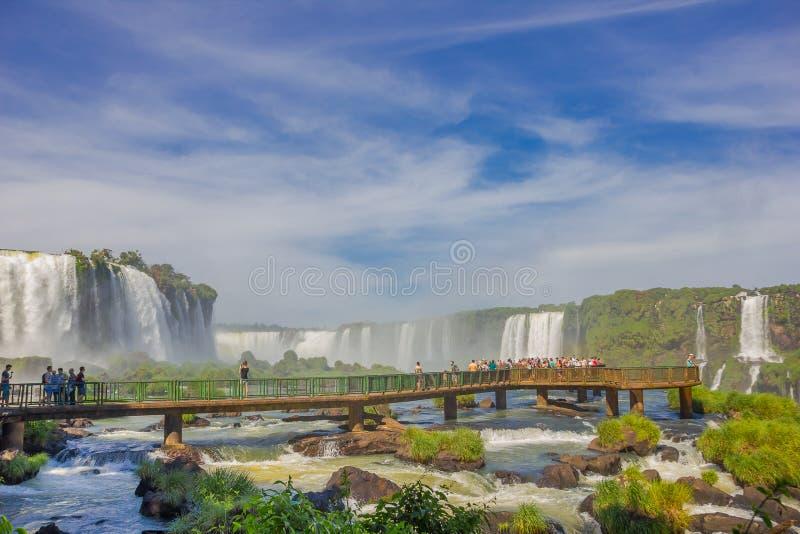 IGUAZU BRASILIEN - MAJ 14, 2016: trevlig liten brindge över floden var all turist tar pactures av nedgångarna royaltyfri foto