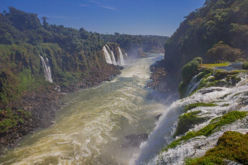 IGUAZU BRASILIEN - MAJ 14, 2016: trevlig sikt av floden som flödar samla vattnet från några andra små vattenfall royaltyfri bild