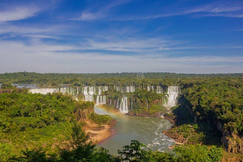 IGUAZU BRASILIEN - MAJ 14, 2016: vattenfall av iguazufloden som lokaliseras i gränsen mellan Argentina och Brasilien arkivfoton