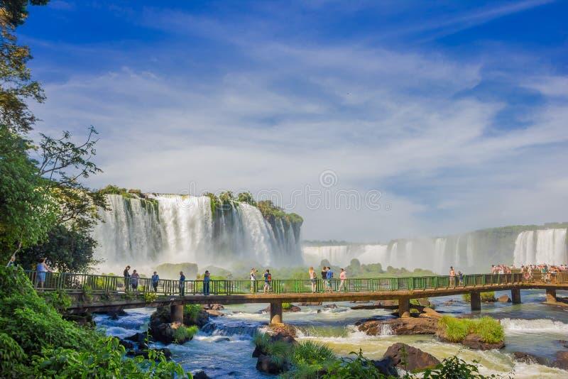 IGUAZU, EL BRASIL - 14 DE MAYO DE 2016: visión agradable desde el lado brasileño de un pequeño puente sobre el río situado cerca  imagenes de archivo
