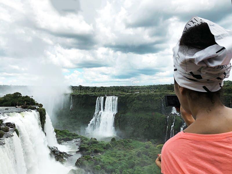 Iguazu Falls är en av världens berömda naturliga vattenfall, på gränsen av Brasilien och Argentina arkivbilder