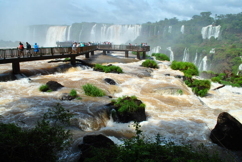 Iguazu Falls i Brasilien med turister arkivbilder