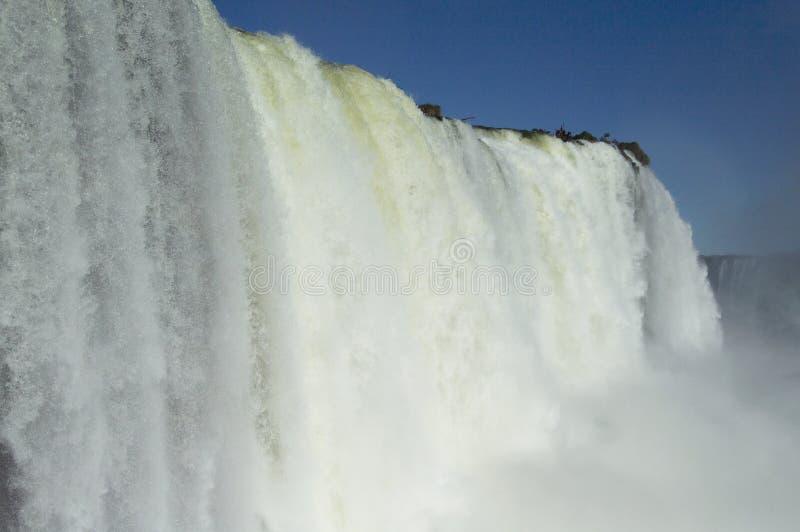 Iguazu Falls närbild på en ljus solig dag arkivbild