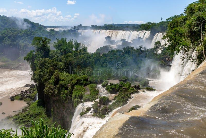 Iguazu Falls sikt från argentinian sida - Brasilien och Argentina B royaltyfri foto