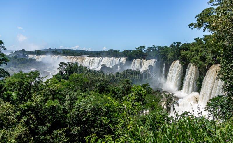 Iguazu Falls sikt från argentinian sida - Brasilien och Argentina gränsar arkivbilder
