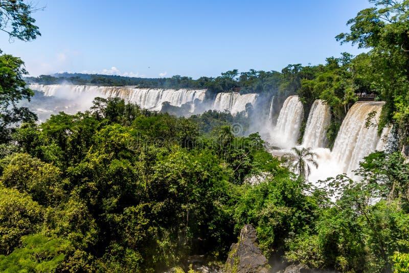 Iguazu Falls sikt från argentinian sida - Brasilien och Argentina gränsar arkivfoto