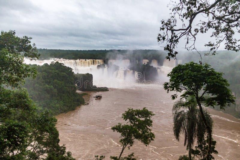 Iguazu Falls sikt från brasiliansk sida - Brasilien och Argentina gränsar royaltyfria foton