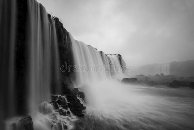Iguazu, Iguacu spadki, Czarci ` s gardło Del Diablo lub Garganta Spadamy, widzieć od punktu widzenia przy Iguazu parkiem narodowy zdjęcia stock