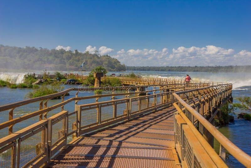 IGUAZU, LA ARGENTINA - 14 DE MAYO DE 2016: puente sobre las cataratas del Iguazú en el lado argentino del parque nacional imágenes de archivo libres de regalías