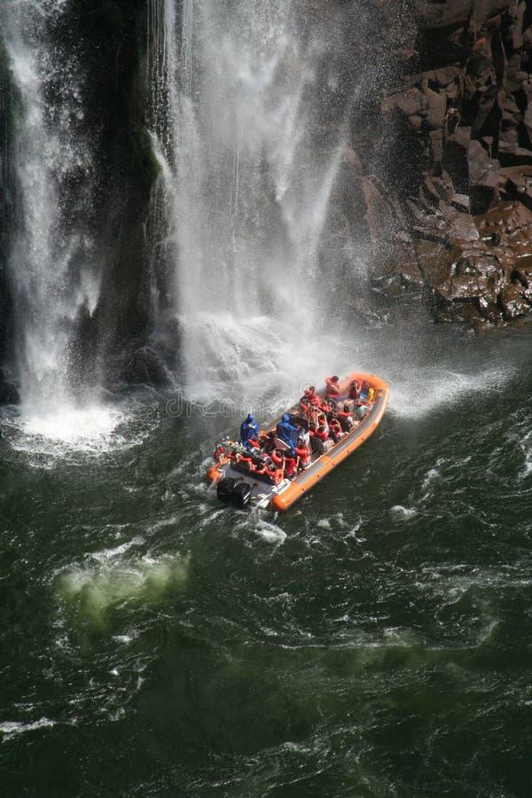 Iguazu Wasser-Fallboote lizenzfreie stockbilder