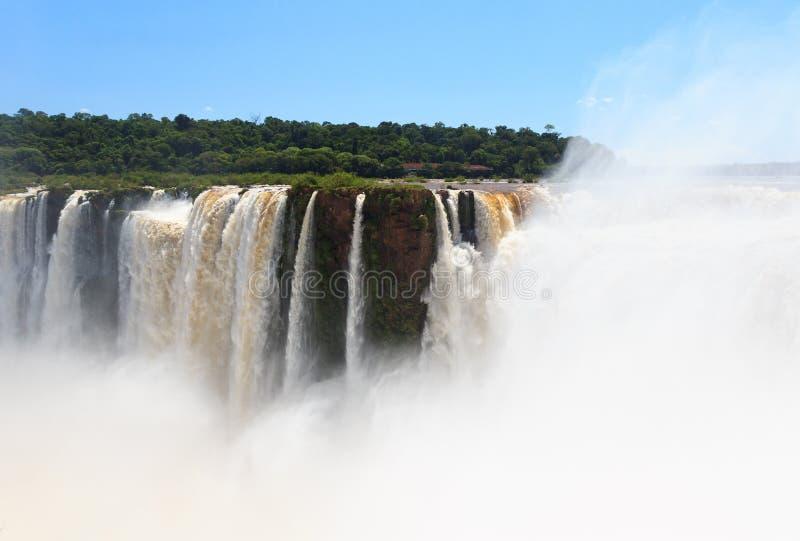 Iguazudalingen. Mening van Brazilië van kant van Argentinië stock fotografie